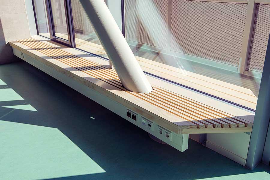 Sitzmöglichkeiten im Innenbereich der Schule Seestadt Aspern | (c) heholz/big