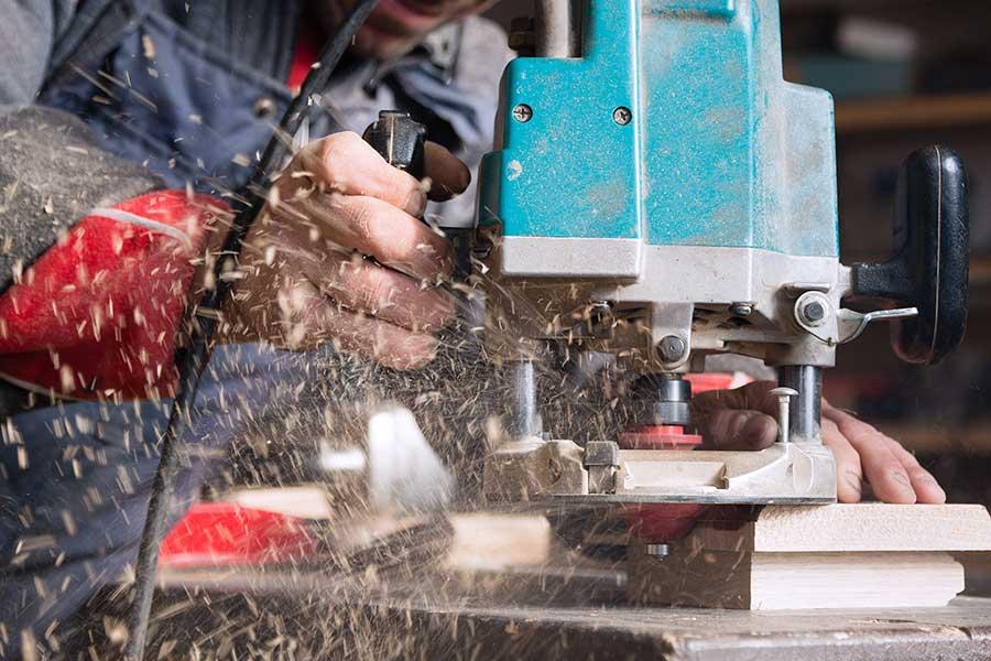 Die Gefahr durch entstehende krebserzeugende Stoffe, wie zum Beispiel Holzstaub, wird oft unterschätzt. | (c) Fotolia.com/Stanislav Komogorov