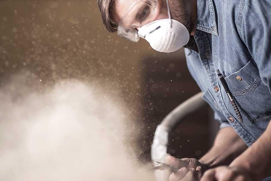 Die Gefahr durch entstehende krebserzeugende Stoffe, wie zum Beispiel Holzstaub, wird oft unterschätzt. | (c) Fotolia.com/Photographee