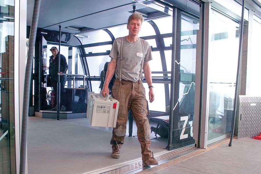 Arbeitsplatz mit Fernblick: Auf nahezu 3.000 m Höhe verlegten Wilhelm Kraus mit seinem Team den Naturholzboden im Panorama 2962. (Fotos: MAFELL AG)