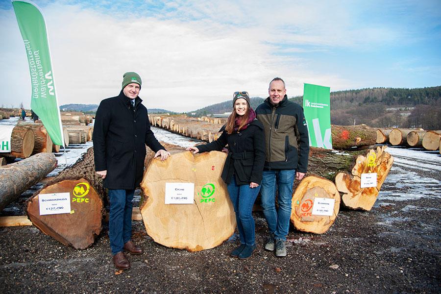 Landwirtschaftskammer NÖ-Präsident Johannes Schmuckenschlager mit Waldkönigin Anna Gebhart und Hannes Bendl vom Waldverband NÖ vor dem lukrativsten Stamm in diesem Jahr.