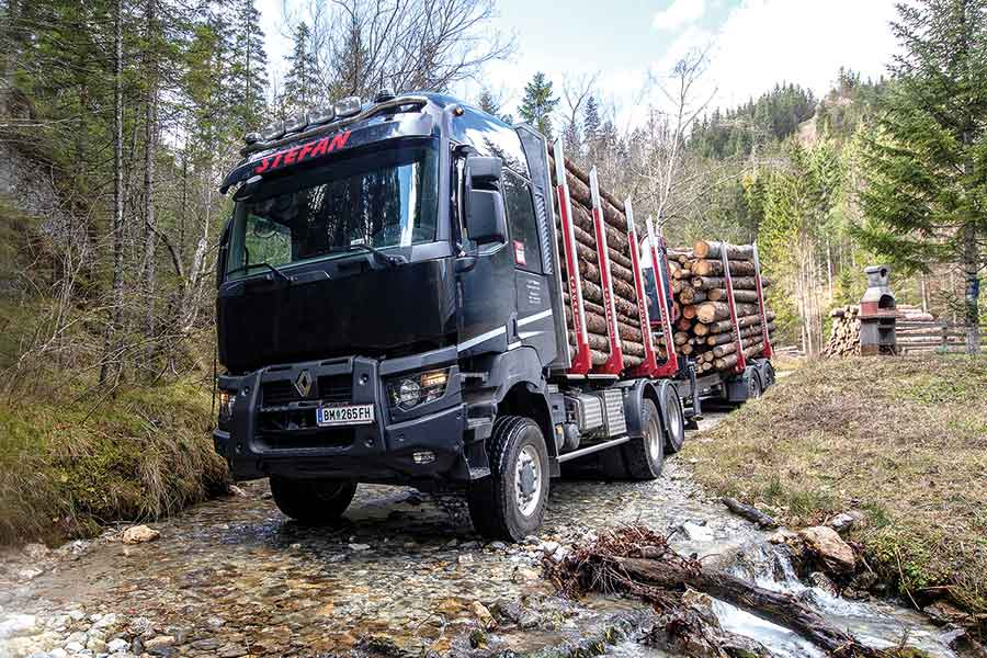 "INTERNATIONALER HOLZMARKT | Mit Dreiachser  ""komfortabel"" am Waldwe 