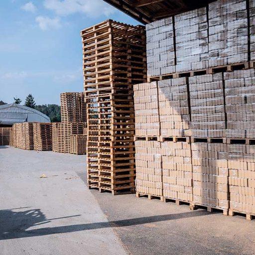 Die kroatische Firma Košćal produziert Holzpaletten verschiedenster Abmaße und erwirtschaftet aus den bei der Produktion anfallenden Holzresten zusätzlich RUF-Holzbriketts.