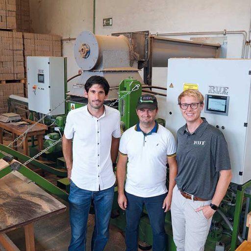 V.l.n.r.: Žiga Ravnik, RUF-Vertretung Kroatien, Marko Košćal, Geschäftsführer von Košćal, und Roland Ruf, Geschäftsführer von RUF, freuen sich über den Geschäftserfolg der Brikettproduktion bei Košćal.
