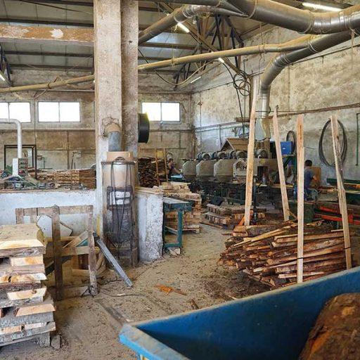 Der Weg zur fertigen Holzpalette führt bei Košćal über Baumstämme, die als Rohmaterial gekauft werden. In der Produktion werden sie mit Bandsägen und Mehrblattsägen zugeschnitten und anschließend in der Montage großteils automatisiert zusammengebaut.