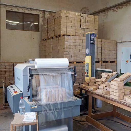Die Brikettieranlagen von RUF produzieren vollautomatisch, immer gleichwertige Briketts in den Abmaßen 150 x 60 mm. Lediglich bei der Verpackung wird ein Mitarbeiter benötigt.