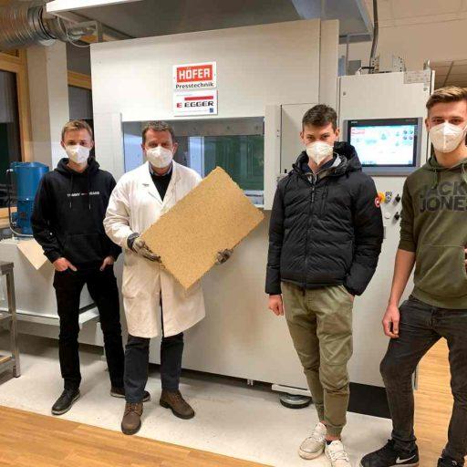 Mit der neuen Laborpresse haben die Schüler der 4. Fachschule eine Spanplatte produziert – dieser Unterricht kann momentan vor Ort in Kuchl stattfinden.