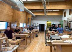 Die Schülerinnen und Schüler des Holztechnikums Kuchl (HTL, FS) fertigen einen Holzhammer - der Werkstätten- und Labor-Unterricht kann momentan vor Ort in Kuchl stattfinden. (Foto: Holztechnikum Kuchl)