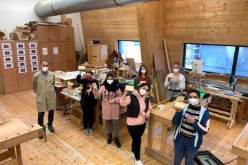 Werkstättenarbeiten am Holztechnikum Kuchl – die Mädchen zeigen ihre Werkstücke, es wurde gehobelt, gesägt und geschliffen. (Foto: Holztechnikum Kuchl)
